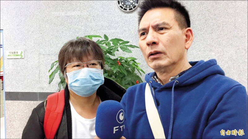 遭網路韓粉霸凌的廣播節目主持人黃光芹與丈夫楊文嘉昨至新北市林口警分局報案,向三名網友提出恐嚇罪告訴。(記者曾健銘攝)