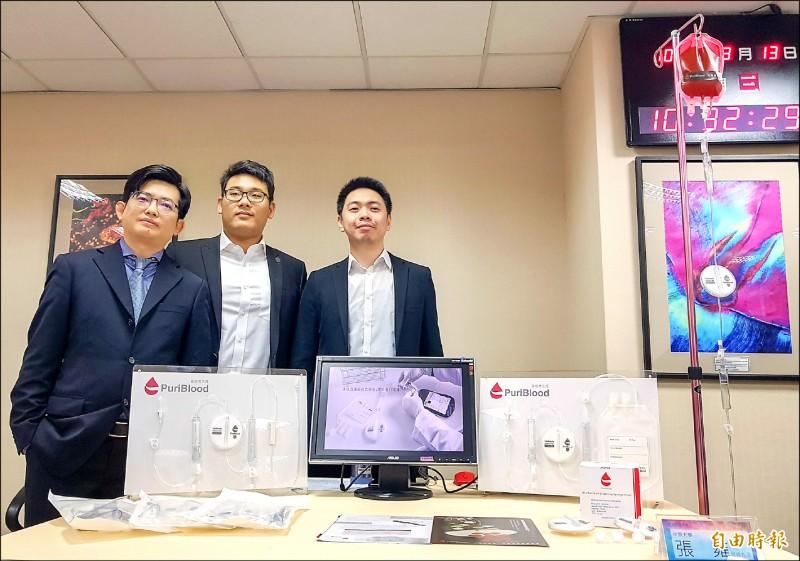 中原大學教授張雍(左)團隊研發白血球減除器,是目前全世界過濾速度最快的設備。(記者簡惠茹攝)