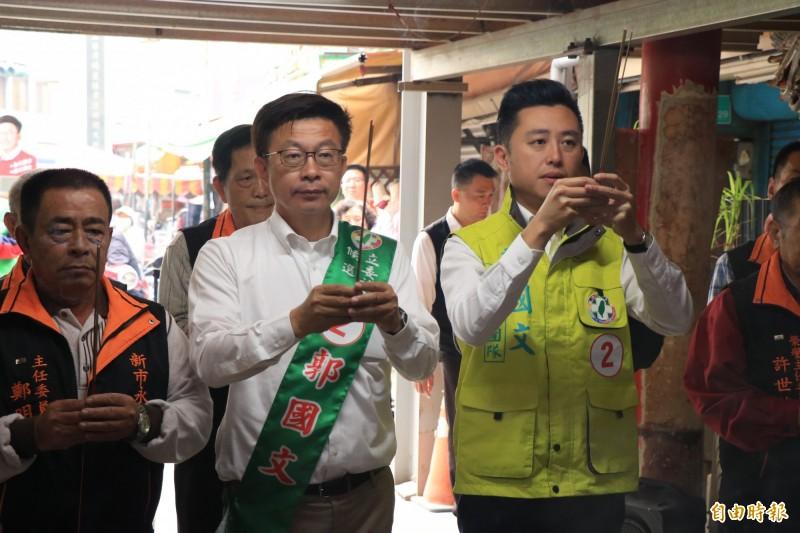 新竹市長林智堅(右)今早陪同民進黨台南立委補選候選人郭國文(左2),到新市永安宮參拜。(記者萬于甄攝)