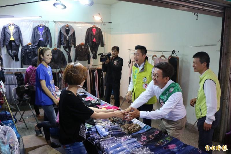 許多鄉親看見新竹市長林智堅南下為立委候選人郭國文助選,也給予熱情支持。(記者萬于甄攝)