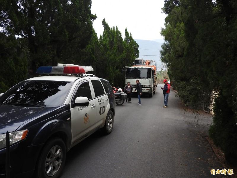 殯儀館工程包商的大型機具卡車被擋在路口無法前進。(記者佟振國攝)