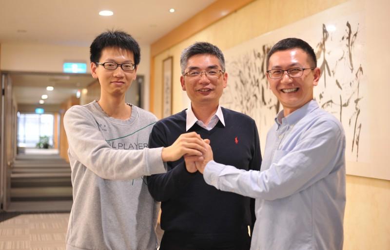 清華大學工學院長賴志煌(中)結合物理系教授林秀豪(右),帶著博士生林柏宏(左)、楊博元組成跨領域團隊,研發出夢幻磁性記憶體MRAM新一代核心技術。(清華大學提供)