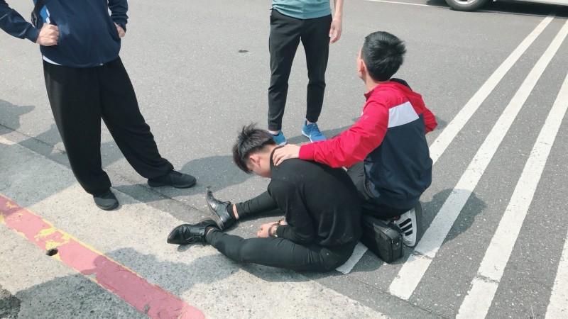 警方逮捕負責取款的劉姓車手。(記者姚岳宏翻攝)