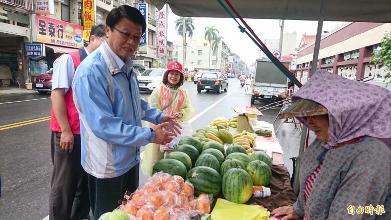國民黨候選人謝龍介(前左)街頭拜票,15日下午1點半將在麻豆海埔池王府舉辦「鮪瑜秀」農漁產業嘉年華。(記者楊金城攝)