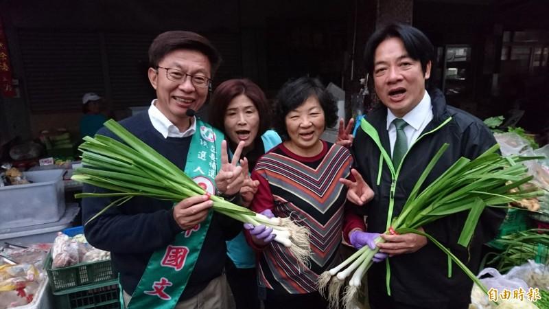 民進黨候選人郭國文(左)由賴清德(右)陪同拜票,有效拉抬選情。(記者楊金城攝)