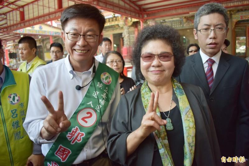 總統府秘書長陳菊(中)15日下午2點,將在麻豆市區陪郭國文(左)徒步向鄉親拜票。(記者楊金城攝)