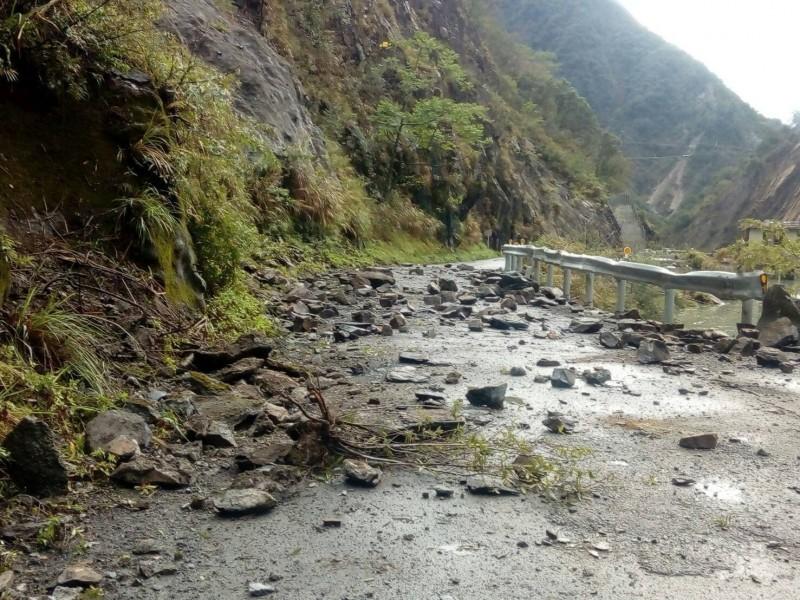 中橫便道因豪雨導致落石中斷。(記者張軒哲翻攝)