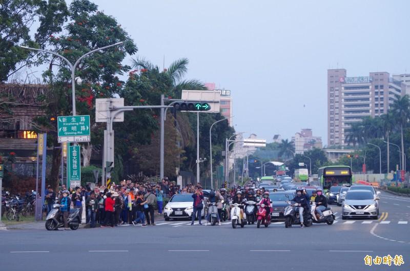 大雅路民族路口,擠滿賞景民眾。(記者王善嬿攝)