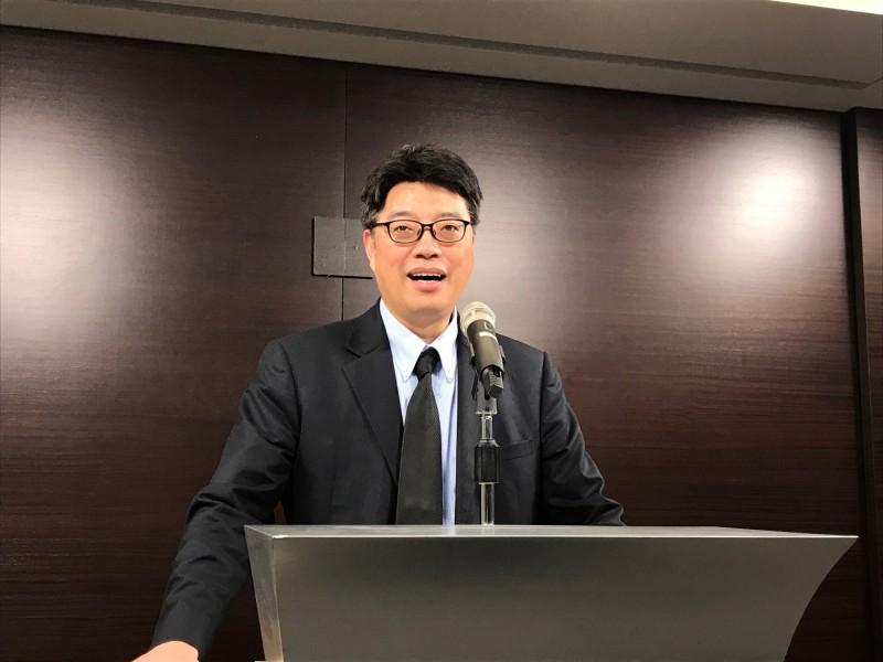 邱垂正今天在記者會表示,凌友詩近年仍持中華民國護照出入境台灣。(中央社)