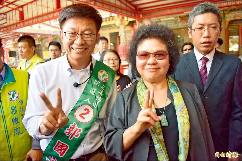 總統府秘書長陳菊(中)今將陪同郭國文(左)徒步拜票。(記者楊金城攝)