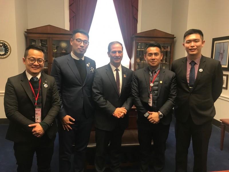 基隆4位市議員童子瑋(由左至右)、張秉鈞、林旻勳及張顥瀚,到美國國會拜會眾議員Rep. Chris Stewart。(圖為基隆市政府提供)