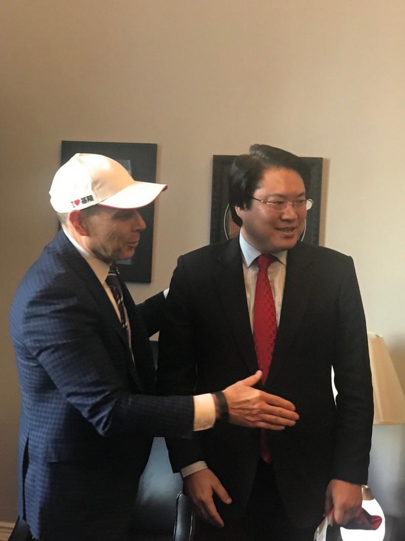 基隆市長林右昌(右)帶領的訪問團訪問美國國會,受到美國聯邦眾議員匡希恆(Rep. John Curtis )歡迎。(圖為基隆市政府提供)