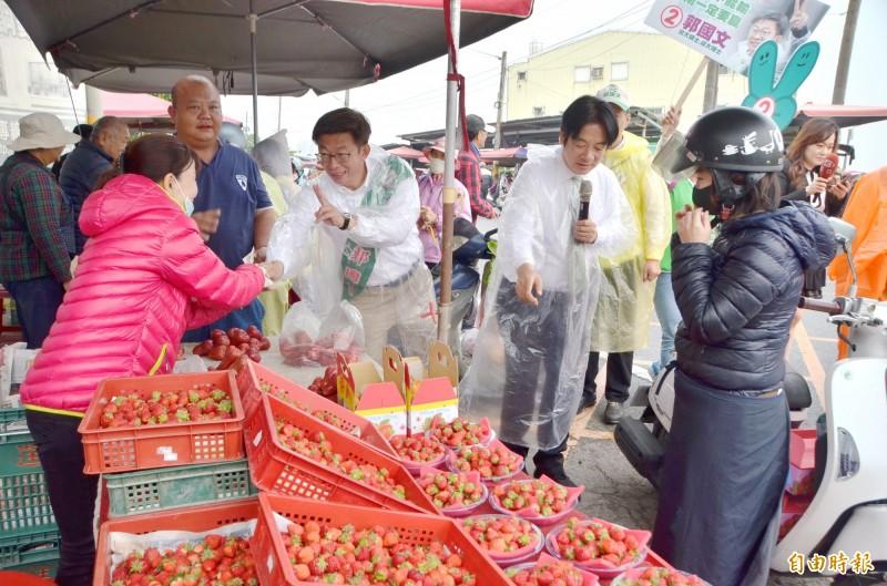 前行政院長賴清德(右2)陪同民進黨立委候選人郭國文(右3)拜票,他還幫攤商推銷水果。(記者吳俊鋒攝)
