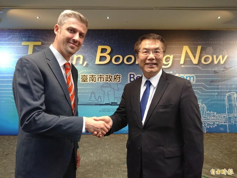 台南市長黃偉哲拚經濟,跟Booking.com副總裁Angel Llull Mancas致意歡迎。(記者洪瑞琴攝)