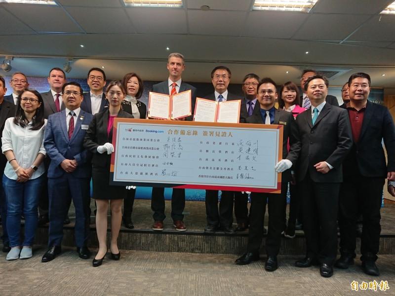 台南市府拚經濟,主動出擊跟Booking.com國際合作,飯店民宿業者與會見證。(記者洪瑞琴攝)