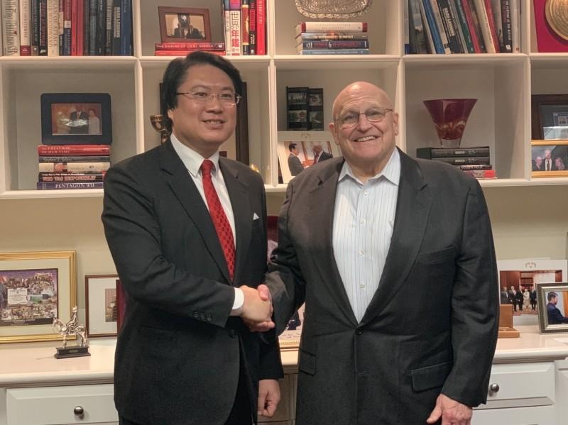 基隆市長林右昌訪問美國智庫-美國企業研究院,與美國小布希政府時任副國務卿阿米塔吉(Richard Lee Armitage)會晤。(圖為基隆市政府提供)