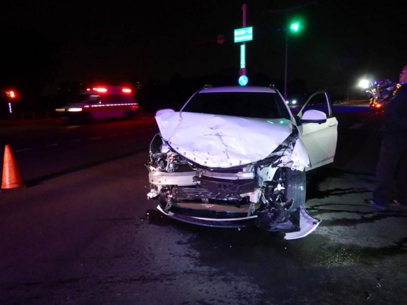 納智捷休旅車的車頭嚴重受損。(記者許國楨翻攝)