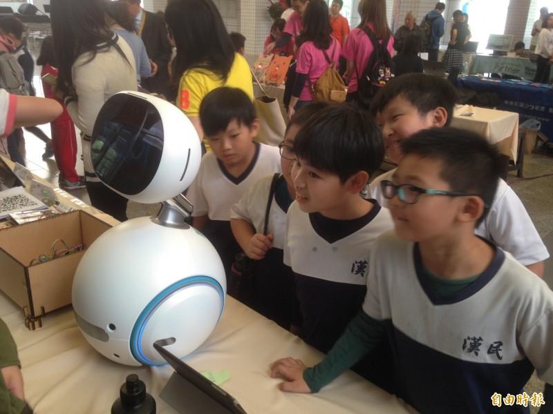 學童圍繞機器人「Zenbo」。(記者黃旭磊攝)