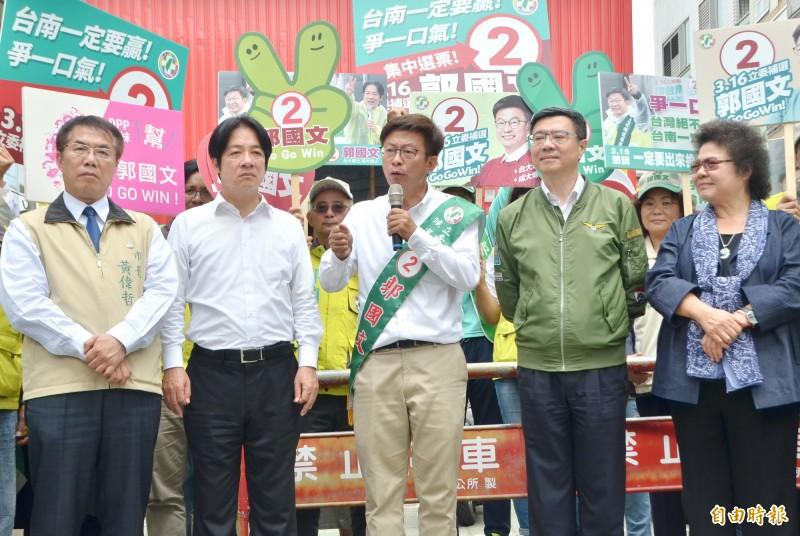 民進黨立委候選人郭國文(中)籲請鄉親睜大眼睛,全力支持他。(記者吳俊鋒攝)