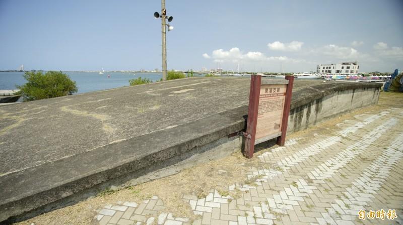 台鐵東港支線遺址,圖為大鵬灣內「支線的支線」月台。(記者陳彥廷攝)