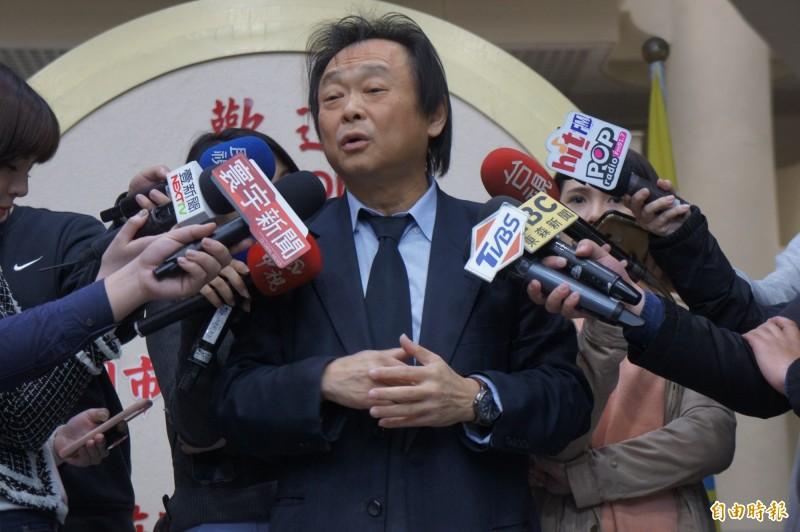 台北市長柯文哲出訪美前,台北市議員王世堅贈送行動電源。(記者黃建豪攝)