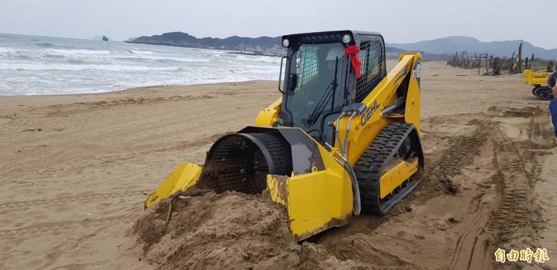 交通部觀光局北海岸暨觀音山風景區管理處編列預算購置沙灘淨灘車;圖為具有將垃圾、海沙分離的淨灘車。(記者俞肇福攝)