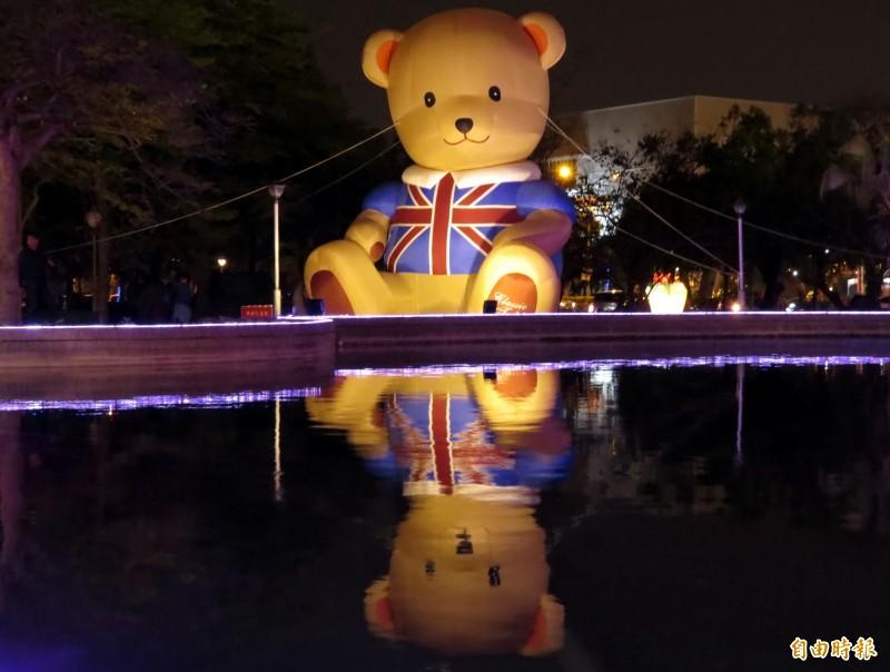 「點亮台南」熱門景點「池畔泰迪熊」夜晚在水池倒映下,更加可愛。(記者蔡文居攝)