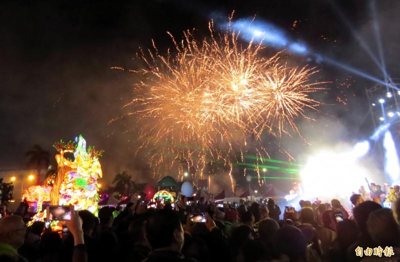 「點亮台南」燈會啟燈,現場施放煙火,掀起最高潮。(記者蔡文居攝)