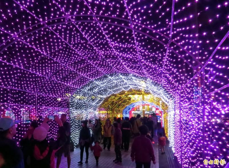 台南市議會入口處的時光隧道燈廊,夜晚特別漂亮。(記者蔡文居攝)