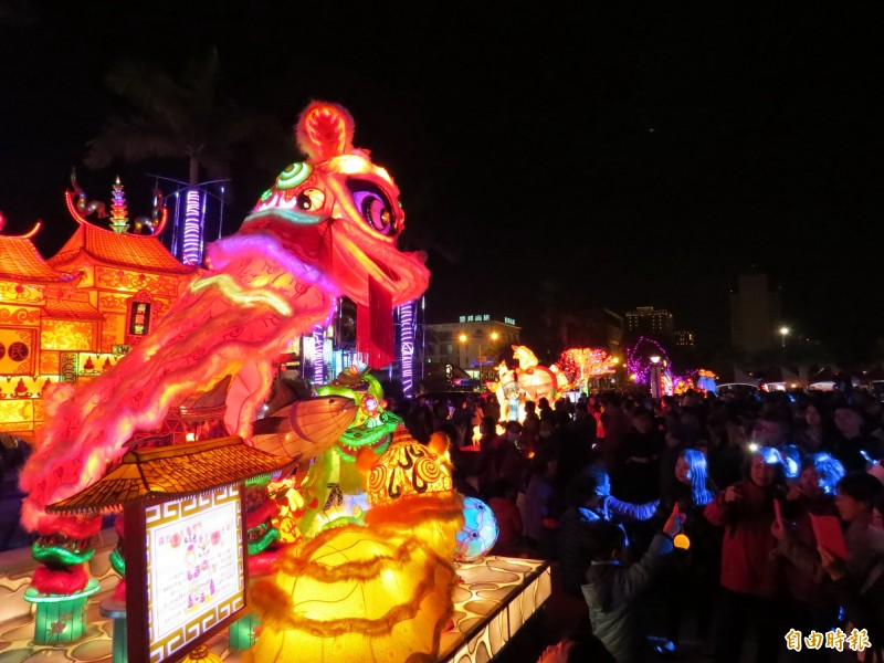 台南市議會舉辦的燈會揭開序幕,吸引大批人潮參觀。(記者蔡文居攝)