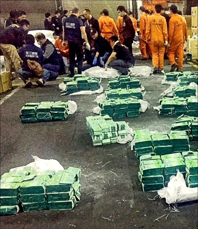 檢警與海關查獲史上最大宗毒品走私案,起出1.5公噸毒品。(本報記者翻攝)