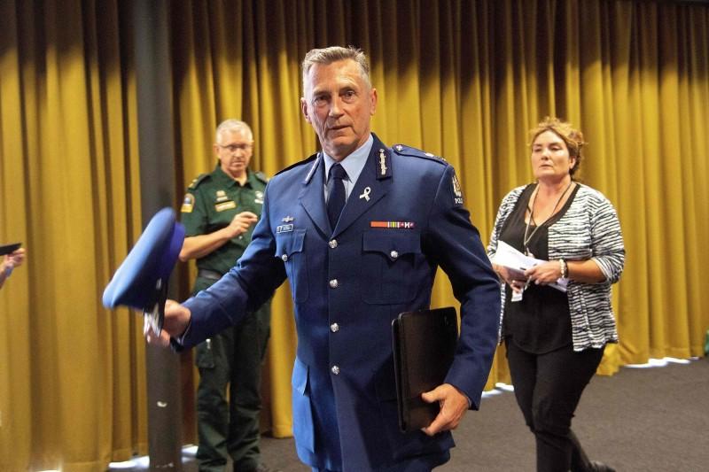 紐西蘭警察首長麥克‧.布希(見圖)表示,紐西蘭警察全部動員保護人民,也呼籲「所有人今晚請遠離清真寺,警方目前無法保證不會再出現更多槍擊案;請留在家中直到警方發布安全通告」。(法新社)