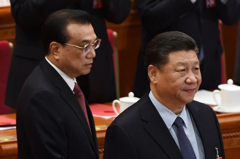 中國於今年度全國人民代表大會的尾聲,火速通過「外商投資法」,專家認為無疑是安撫美國的措施。圖為中國國家主席習近平、國務院總理李克強。(法新社)