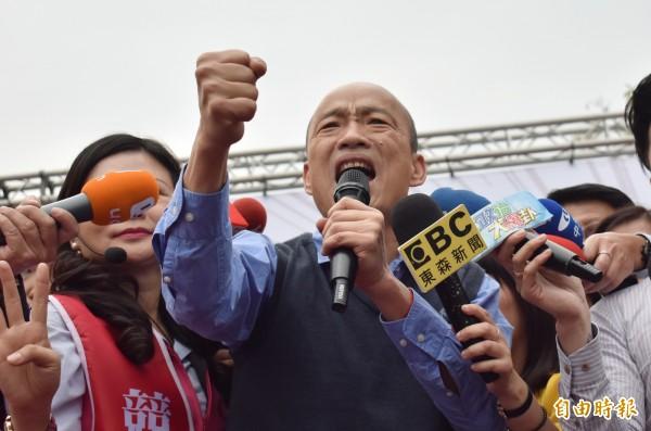 高雄市長韓國瑜(前中)今日到台南助選謝龍介,助講時語氣激昂,台上熱情又擠,謝龍介一度擠在後頭看不見。(記者楊金城攝)
