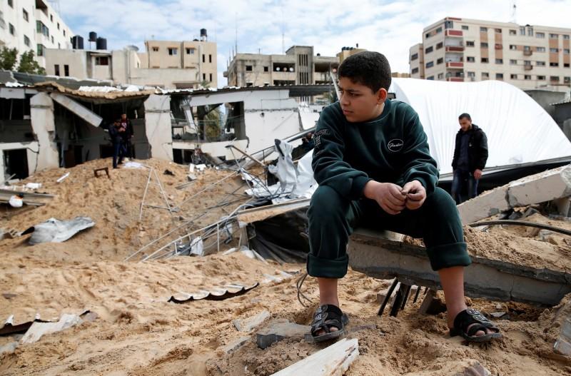 昨日晚上巴勒斯坦激進組織哈瑪斯誤射火箭到以色列大城特拉維夫後,以色列軍方今日對哈瑪斯的根據地發動報復空襲。圖為遭以色列空襲破壞的哈瑪斯基地。(路透)