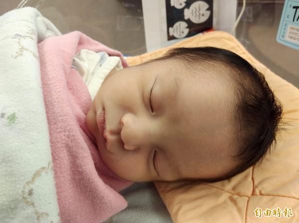 嬰兒該睡枕頭嗎?一直是眾說紛紜的議題,最近網路集資平台出現一款嬰兒枕頭,不僅號稱可以讓嬰兒半夜睡覺不哭鬧,還能讓嬰兒睡出好頭型,避免趴睡造成嬰兒窒息的風險,被醫師指控「標準殺嬰」。(資料照)