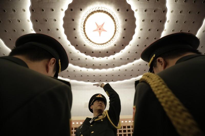 中國13屆全國人大2次會議15日閉幕,中國趕在結束前通過「外商投資法」,但據《CNN》援引各專家所述,該法律細節模糊、解釋空間過大,美國企業對於中國市場的疑慮沒有獲得排解,不甚領情。圖為中國解放軍舉行人大閉幕儀式。(彭博)