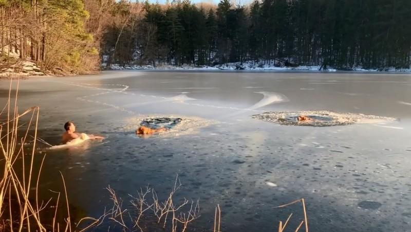 美國一名男子赤裸上身,和愛狗一起跳入冰湖,救出2隻被困在湖中的狗狗。(圖擷取自臉書)