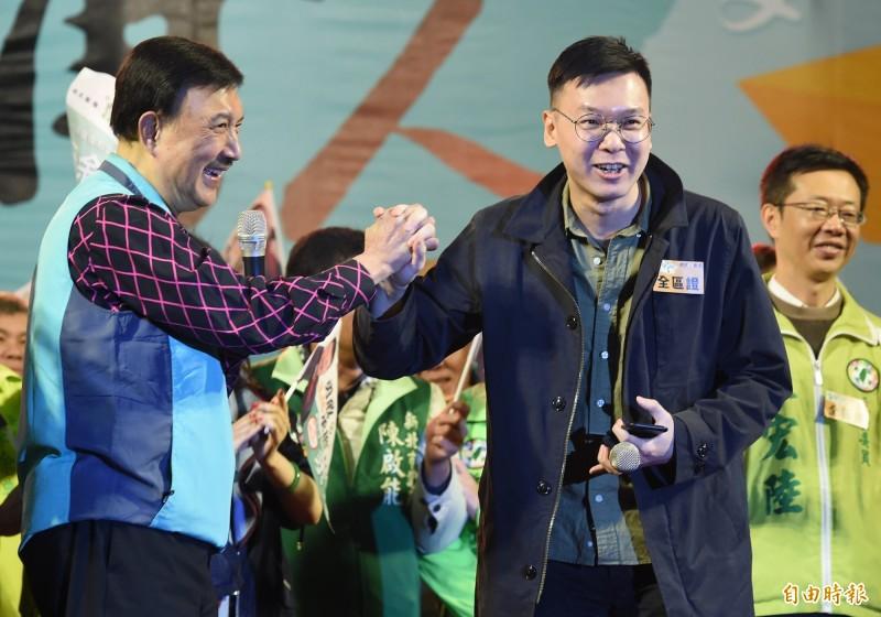 民進黨立委候選人余天(左)15日舉行選前之夜造勢,太陽花學運領袖林飛帆(右)以神秘嘉賓身份到場站台助勢。(記者廖振輝攝)