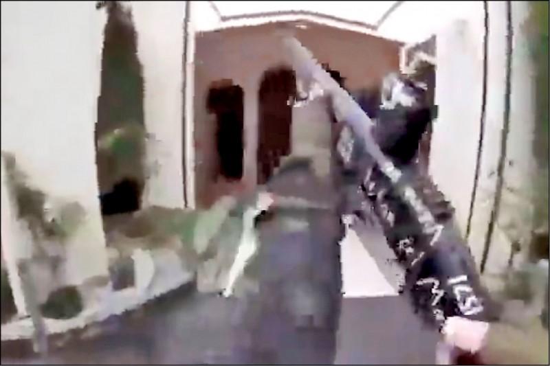 塔倫架設在頭盔上的攝影機錄下對清真寺開槍濫射的經過。(美聯社)