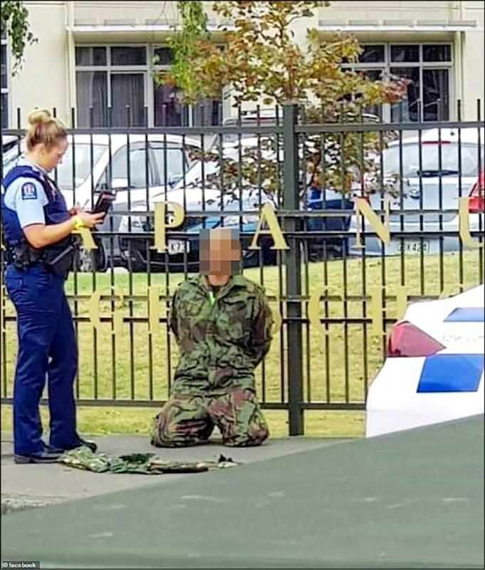 一名槍手遭警方逮捕。(取自網路)