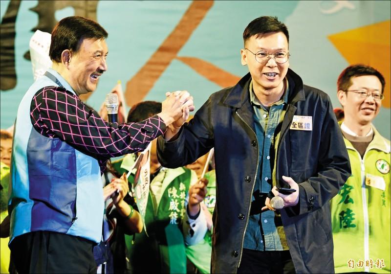 民進黨立委候選人余天昨選前之夜造勢,太陽花學運領袖林飛帆(右)以神秘嘉賓身分站台。(記者廖振輝攝)
