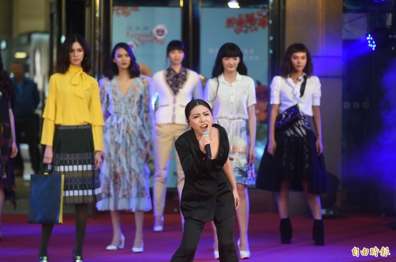 高雄漢神百貨邀請金曲歌后艾怡良與依林名模跨界合作。(記者張忠義攝)
