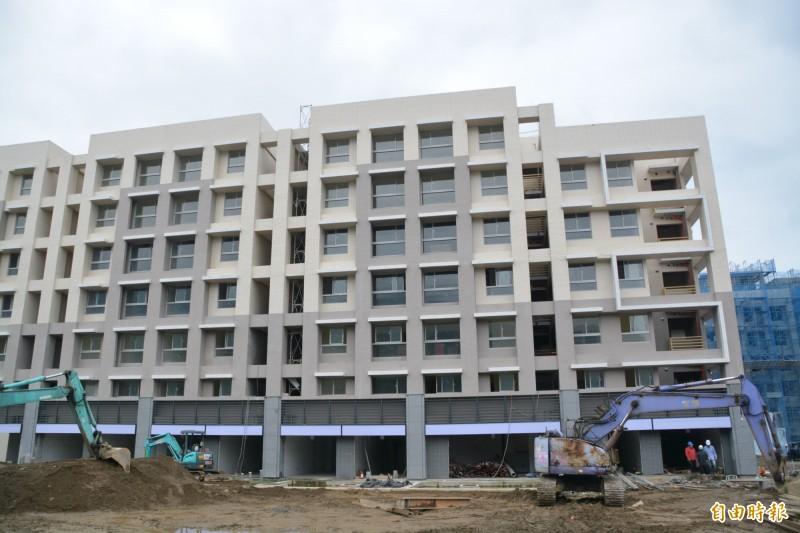 花蓮縣7棟、809戶的青年住宅興建進度備受縣民關注,目前A棟完工進行收尾,樣品屋也即將對外開放。(記者王峻祺攝)