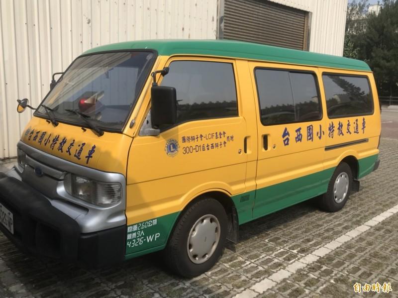 台西鄉獅子會前主度林錦鴻捐贈交通車給迦南地弱勢輔助協會。(記者林國賢攝)
