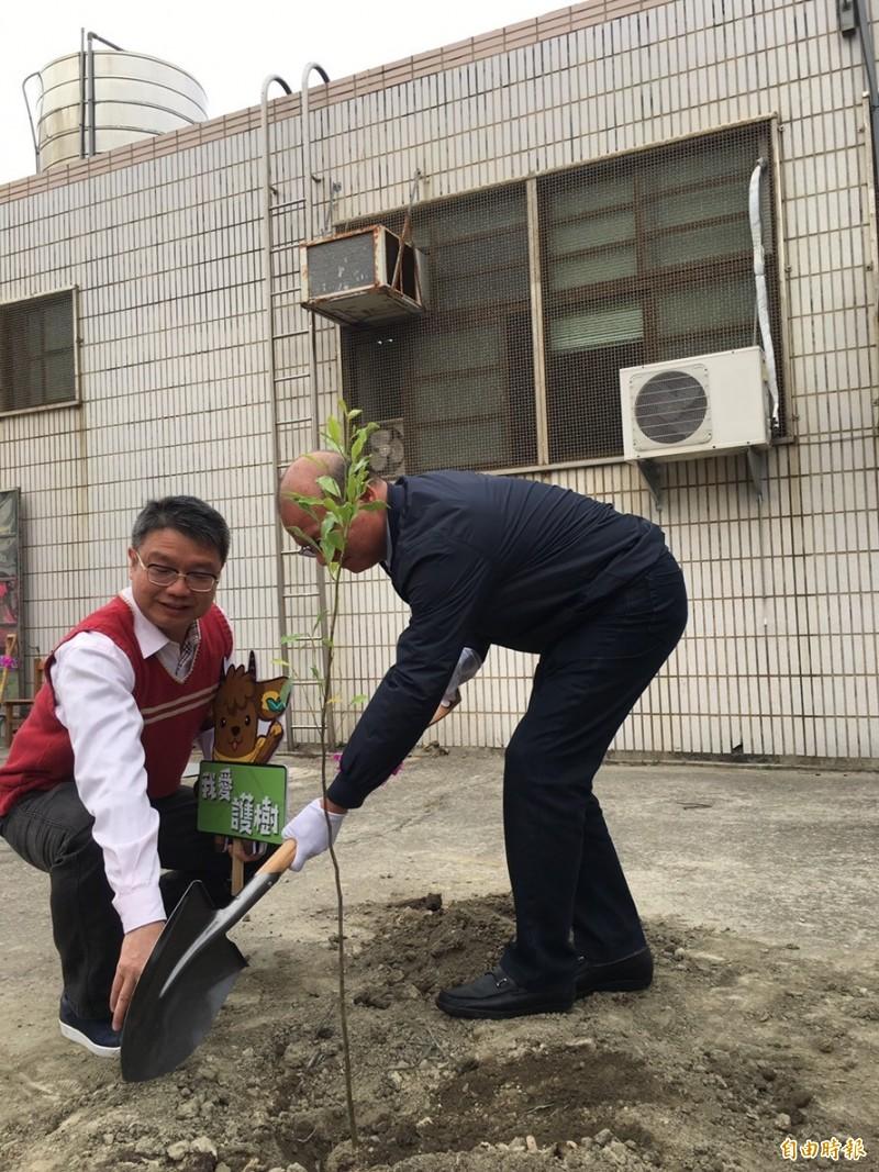 清海國中植樹活動,中市議長張清照(右)親手種樹苗。(記者張軒哲攝)