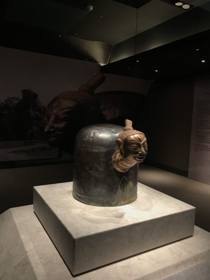 故宮南院展出罕見文物「林迦罩」。(記者林宜樟翻攝)