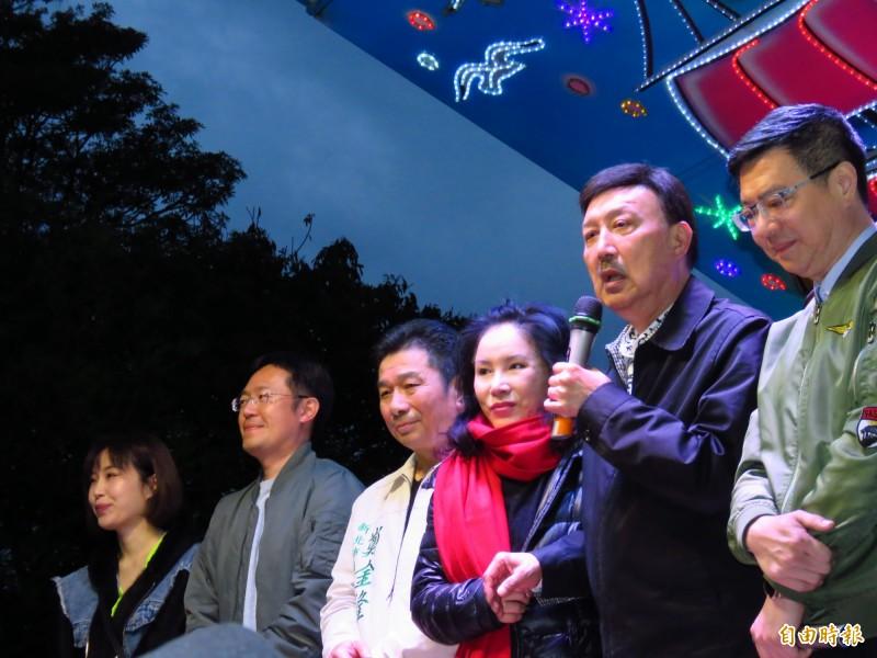 民進黨主席卓榮泰(右)陪同當選人余天(右二)上台,但臉色凝重。(記者陳心瑜攝)