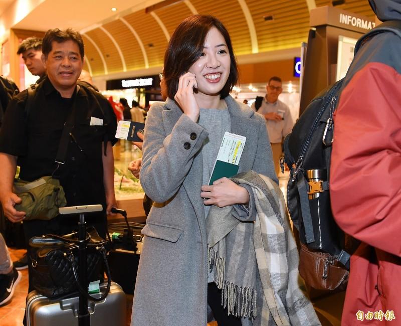 台北市長柯文哲今晚啟程訪美,柯市府副發言人「學姐」黃瀞瑩也隨行出訪。黃瀞瑩表示,這次是第一次跟柯市長一起出差,也是第一次去美國。(記者朱沛雄攝)