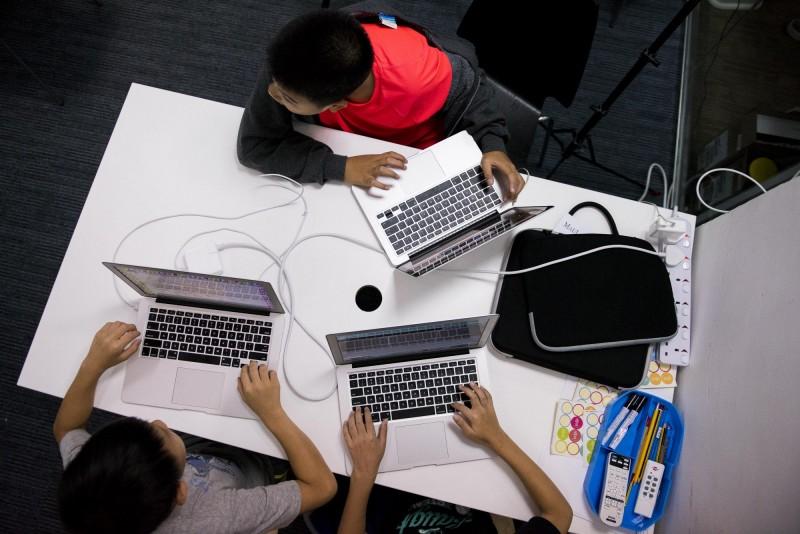 隨著科技發展,不只課堂上的學習方式產生改變,就連學生們偷偷聊天的技巧也越來越進步。(彭博)